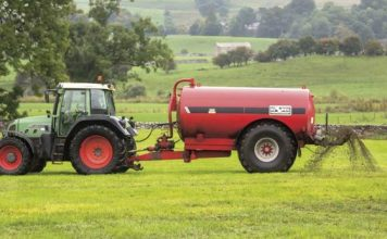 spreadin-slurry-on-grassland